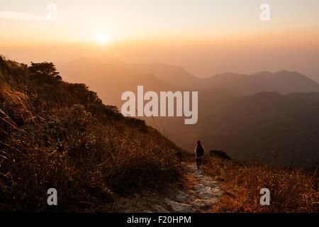 Rückansicht des Wanderer Wandern entlang auf Lantau Peak, Lantau Island, Hong Kong, China - Stockfoto