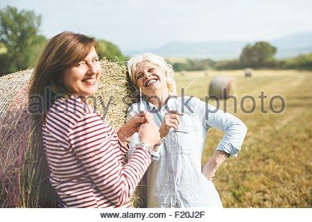 Zwei Reife Freundinnen mit Stroh Grass, Toskana, Italien - Stockfoto