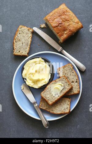Bananenscheiben auf Teller Brot und butter auf Platte - Stockfoto
