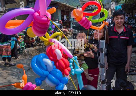 ethnischen Hmong-Stamm befinden sich Einkaufsmöglichkeiten in Muong Hum Markt, Vietnam. - Stockfoto
