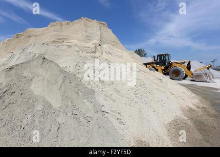 sand und kies h gel mit bulldozer gegen blauen himmel stockfoto bild 87884963 alamy. Black Bedroom Furniture Sets. Home Design Ideas