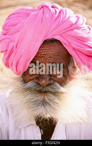 Porträt des alten Bart Mann trägt rosa Kopfbedeckungen - Stockfoto