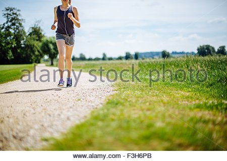 Junges Mädchen im Park, laufen weg, niedrige Abschnitt - Stockfoto