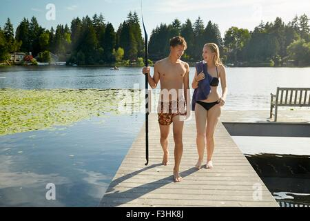 Paar aus See nach Schwimmen, Seattle, Washington, USA - Stockfoto