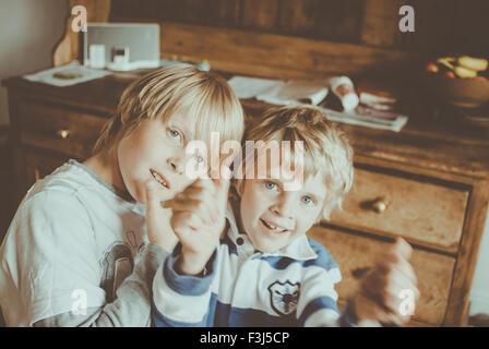Zwei kleine Brüder albern - Stockfoto
