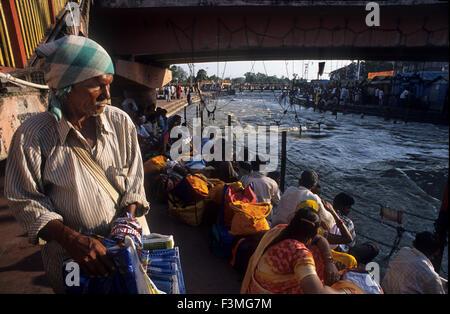 Hindu-Pilger an das religiöse Fest der Ardh Kumbh Mela in Haridwar in Indien. Haridwar, Uttaranchal, Indien. Einer - Stockfoto