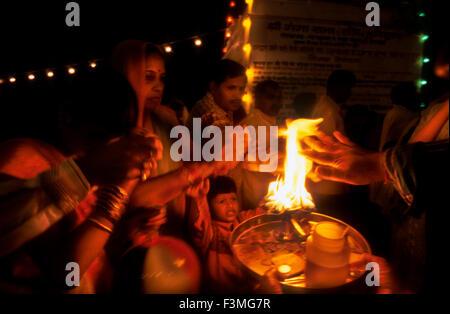 Menschen mit Feuer in den Ganges gereinigt. Haridwar. Uttarakhand. Indien. Haridwar, Uttaranchal, Indien. Haridwar - Stockfoto