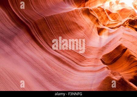 Bunte alten Sandsteinmauern erodiert durch Zeit und Wasser, glatte Ebenen im Canyon X in Page, Arizona zu erstellen. - Stockfoto