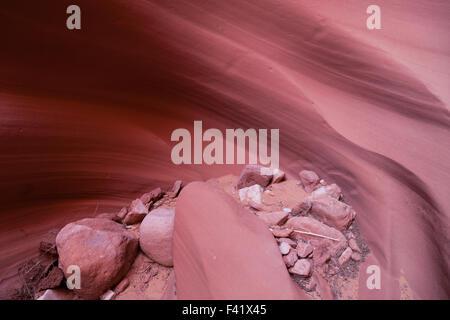 Losen Felsen und Sand, die sich mit fließendem bewegen Wasser zu glätten und die Wände eine Sandstein-Canyon in - Stockfoto