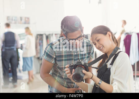 Fotograf und Modedesigner, Blick in die Kamera im Büro - Stockfoto