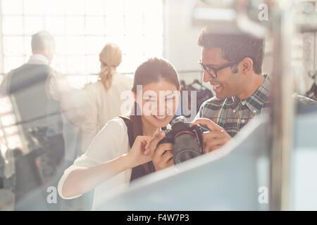 Fotograf und Modedesigner, Blick nach unten in die Kamera - Stockfoto