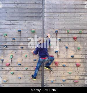 Junge, Klettern an der Kletterwand - Stockfoto