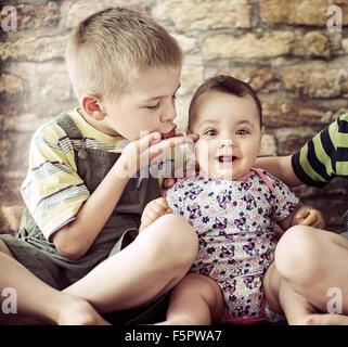 Porträt der beiden niedlichen Kinder - Stockfoto