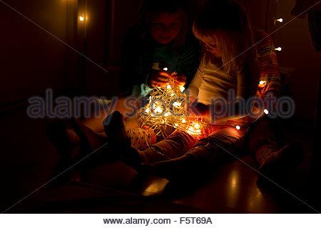 Mädchen (2-3, 4-5, 6-7) mit Lichterkette, Jyväskylä, Finnland, Mellersta Finnland - Stockfoto