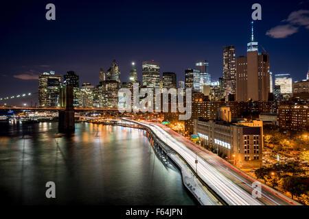 Stadtbild bei Nacht von Lower Manhattan Financial District mit beleuchteten Wolkenkratzern und World Trade Center. - Stockfoto