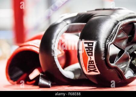 Bild von Boxing Gear links Erdgeschoss Ring Boxen nach einem Spiel-Kampf. - Stockfoto