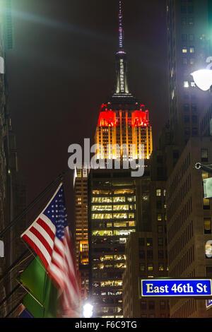 Empire State Building in deutscher Flagge Farbe - Stockfoto