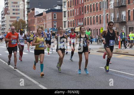 Läufer-Rennen auf der 4th Avenue durch Park Slope Brooklyn während der 1. Etappe des New York City Marathon. - Stockfoto