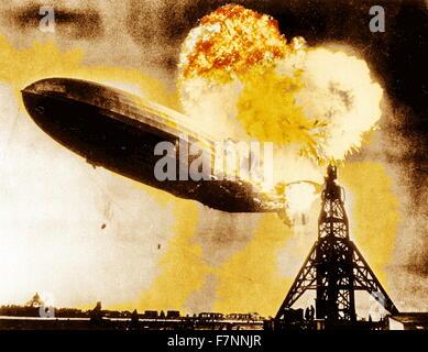 Die Hindenburg-Katastrophe. Der deutsche Pkw-Luftschiff Feuer fing, bei seinem Versuch, eine Ankermastes am Naval - Stockfoto