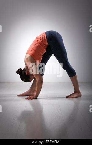 Frau im Ashtanga Vinyasa Yoga asana - Stockfoto