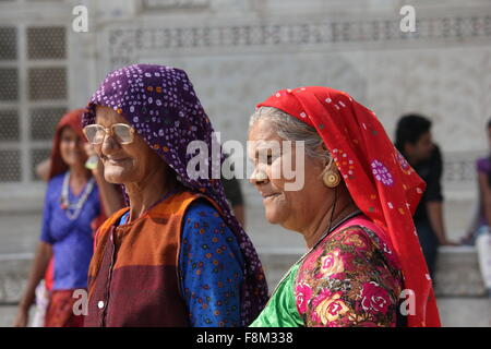 DELHI, Indien - 26 NOV: Zwei indische Frau mit traditionellen Schleier im Taj Mahal in Delhi am 26. November 2012. - Stockfoto