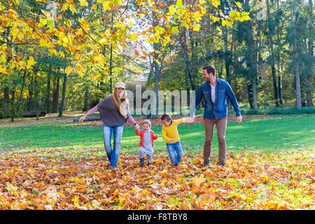 Familie Wandern im park - Stockfoto