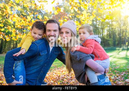 Porträt einer Familie im park - Stockfoto