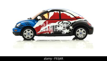 VW Käfer in Race Trim sterben gegossen Modell in Arai Farben und Logo auf weißem Hintergrund. - Stockfoto