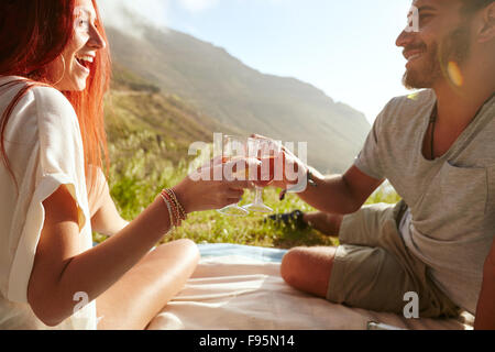 junges paar auf einem picknick weintrinken stockfoto bild 79966646 alamy. Black Bedroom Furniture Sets. Home Design Ideas