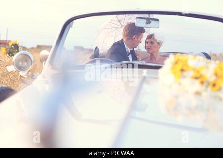 Braut und Bräutigam in einem Oldtimer - Stockfoto