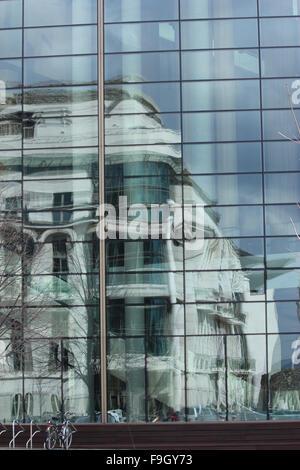 Ein Spiegelbild der eine Altbauwohnung in einem modernen Glasgebäude in Budapest - Stockfoto