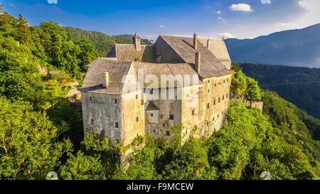 Altes Schloss aus dem Mittelalter in Österreich. Luftbild bis an die Spitze. - Stockfoto
