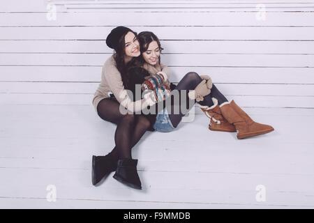 Niedliche Mädchen umarmt - Stockfoto
