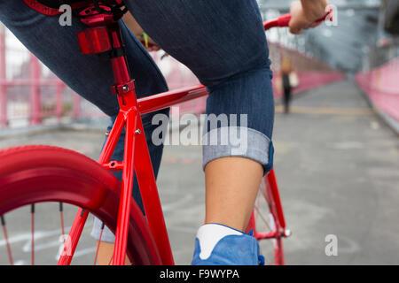 Beine der Frau auf roten Fahrrad, Nahaufnahme - Stockfoto