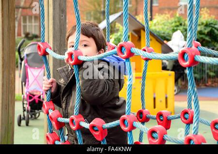 Klettergerüst Mit Netz : Kinder an einem seil klettern net stockfoto bild: 28759517 alamy