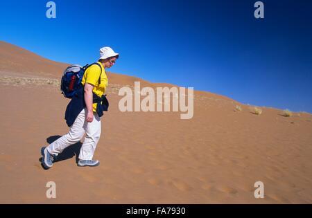 Frau zu Fuß in Wüste, Sossusvlei, Namib-Naukluft-Nationalpark, Namibia / / Namibie, Namib-Naukluft-Nationalpark, - Stockfoto