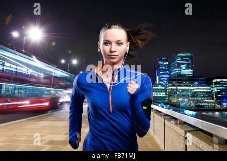 Frau läuft in der Stadt - Stockfoto