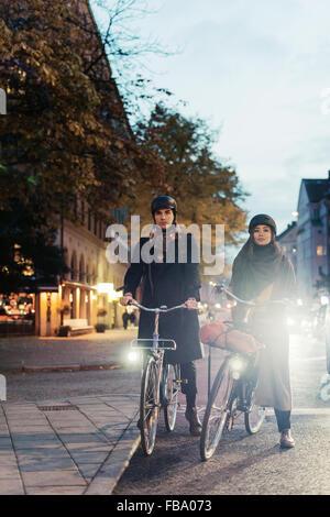 Schweden, Uppland, Stockholm, Vasatan, Sankt Eriksgatan, Mann und Frau Radfahren auf Stadtstraße - Stockfoto