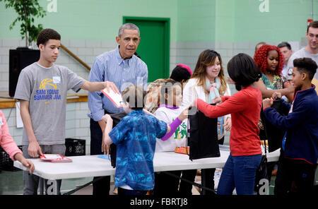 Washington DC, USA. 18. Januar 2016. US-Präsident Barack Obama beteiligt sich an einem ehrenamtlichen Projekt an - Stockfoto