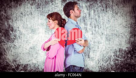 Zusammengesetztes Bild des Paares hält ein gebrochenes Herz - Stockfoto