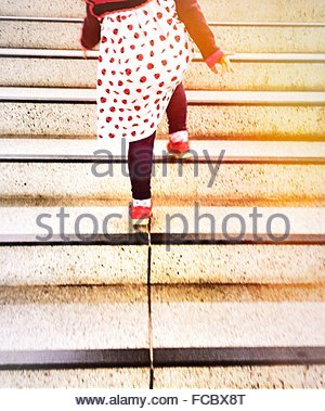 Niedrige Abschnitt Rückansicht des Mädchens Treppenstufen - Stockfoto