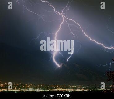 Gewitter über Stadt - Stockfoto