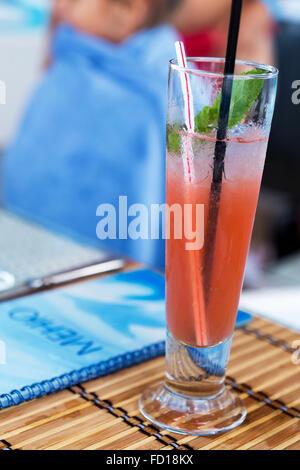 Leichte alkoholische Getränk mit Wassermelonensaft und Eis in das Glas. Schönen Blumenstrauß zu verwischen. Selektiver - Stockfoto