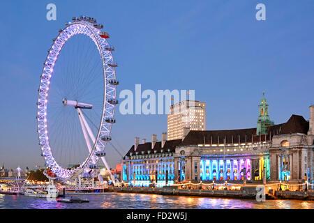 """London Eye und """"County Hall"""" Altbau mit Shell Gebäude über - Stockfoto"""