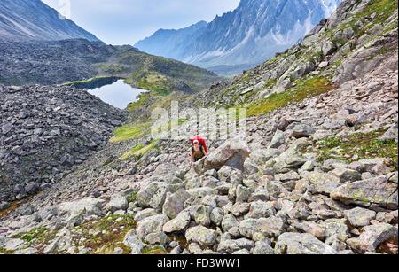 Wandern. Frau steigt die Neigung zwischen großen Steinen. Ost-Sibirien. Russland - Stockfoto