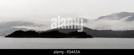 Hong Kong. 28. Januar 2016. Foto aufgenommen am 28. Januar 2016 zeigt die Landschaft von Nebel in Tai Po von Hongkong, - Stockfoto