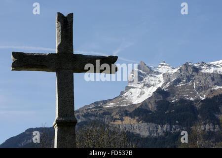 Zu überqueren. Friedhof Passy. Aiguille de Varan und Col de Barmerousse. - Stockfoto