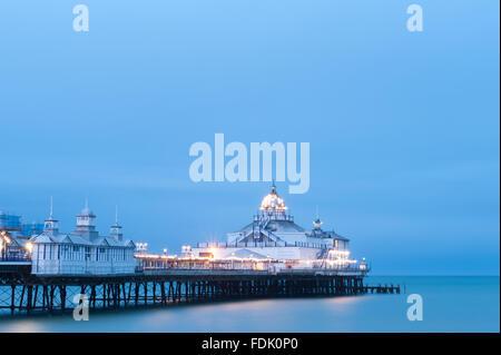 Eastbourne Pier bei Dämmerung, East Sussex, England, UK - Stockfoto