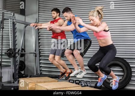 Passen Sie Personen, die Übungen mit box - Stockfoto