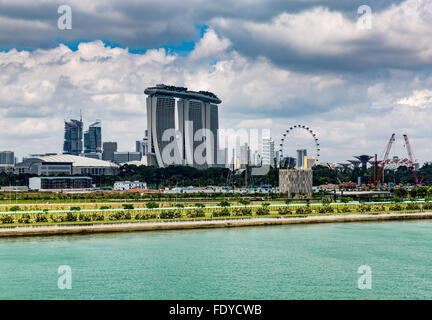 Marina Bay Sands Hotelcasino-Komplex von Singapur Hafen aus gesehen - Stockfoto